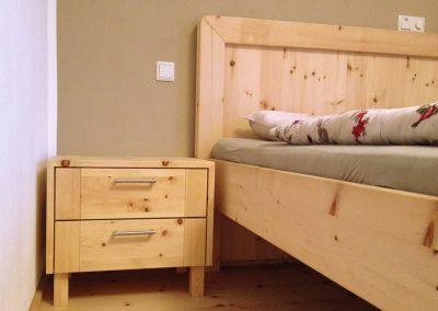 Tirol: Schlafzimmer aus Zirbenholz von der Tischlerei Jenewein