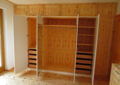 Tirol: Schlafzimmerschrank aus Zirbe von der Tischlerei Jenewein