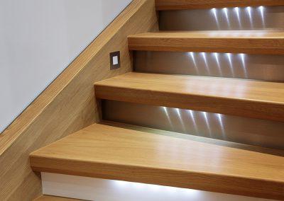 Holztreppe mit Beleuchtung vom Tischler Jenewein Tirol